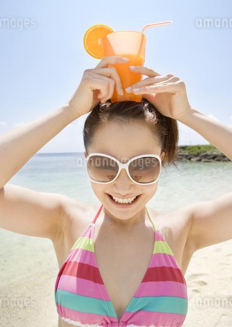 ジュースを持つ女性の写真素材 [FYI03032924]