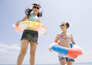 ビーチで遊ぶ女性の写真素材 [FYI03032939]