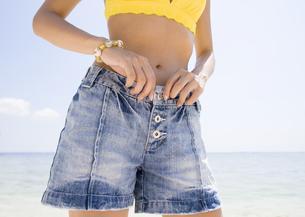 ショートパンツの女性の写真素材 [FYI03032943]