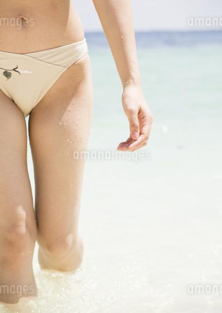 ビーチを歩く女性の写真素材 [FYI03032956]