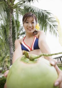 ココナッツを持つ女性の写真素材 [FYI03032999]