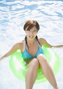 プールで遊ぶ女性の写真素材 [FYI03033002]