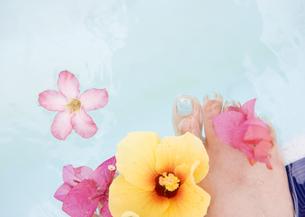 女性の足元の写真素材 [FYI03033007]