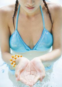 水を掬う手の写真素材 [FYI03033026]