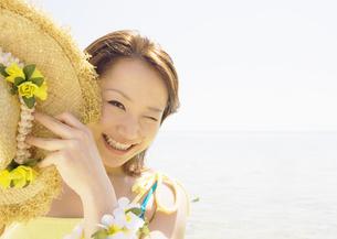 麦わら帽子を持つ女性の写真素材 [FYI03033059]