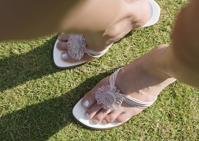 女性の足元の写真素材 [FYI03033105]