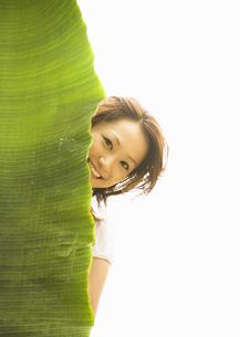 葉と女性の写真素材 [FYI03033106]