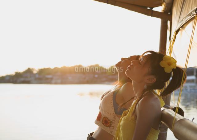 うたた寝する女性の写真素材 [FYI03033120]