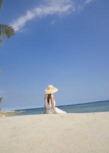 ビーチに座る女性の写真素材 [FYI03033121]