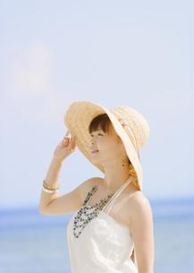 麦わら帽子を被った女性の写真素材 [FYI03033130]
