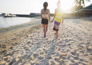 ビーチを歩く女性の写真素材 [FYI03033134]