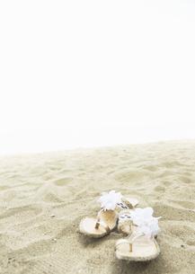砂浜のサンダルの写真素材 [FYI03033137]