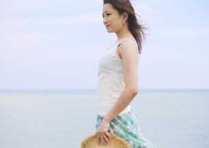 ビーチに佇む女性の写真素材 [FYI03033144]