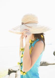 麦わら帽子を被った女性の写真素材 [FYI03033159]
