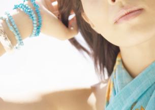 髪をかき上げる女性の写真素材 [FYI03033164]