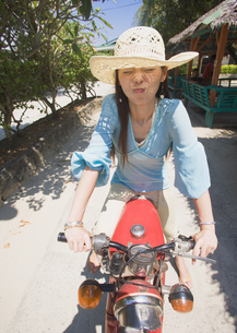 オートバイに乗る女性の写真素材 [FYI03033228]