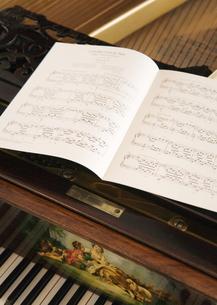 楽譜とピアノの写真素材 [FYI03033601]