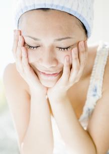 洗顔をする女性の写真素材 [FYI03033893]