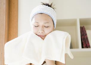 洗顔をする女性の写真素材 [FYI03033895]