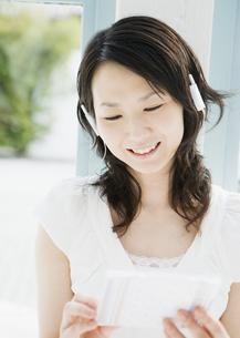 音楽を聴く女性の写真素材 [FYI03033910]