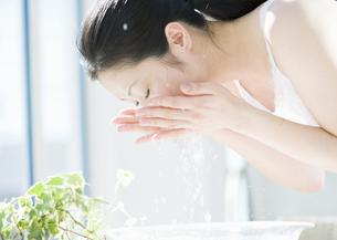 洗顔をする女性の写真素材 [FYI03033977]