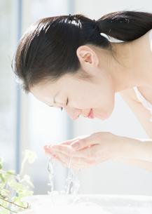 洗顔をする女性の写真素材 [FYI03033980]