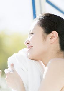 タオルで顔を拭く女性の写真素材 [FYI03033983]