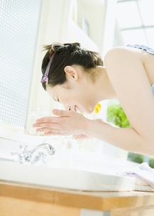 洗顔をする女性の写真素材 [FYI03033985]