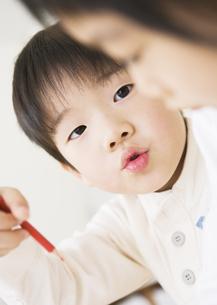 絵を描く男の子の写真素材 [FYI03034006]