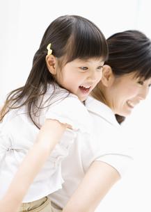 母と娘の写真素材 [FYI03034129]