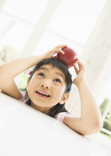 リンゴを持った女の子の写真素材 [FYI03034242]