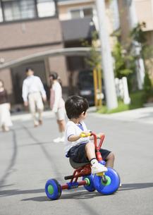 三輪車に乗る男の子の写真素材 [FYI03034989]