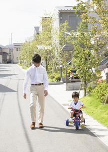 散歩をする親子の写真素材 [FYI03034990]