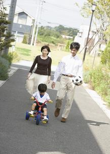 散歩をする親子の写真素材 [FYI03034992]