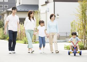 散歩をする親子の写真素材 [FYI03034997]