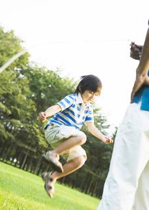 縄跳をする少年の写真素材 [FYI03035026]