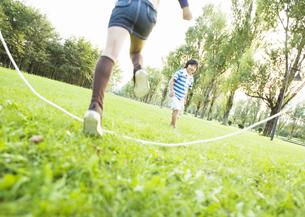 縄跳びで遊ぶ子供の写真素材 [FYI03035030]