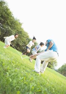 縄跳びで遊ぶ家族の写真素材 [FYI03035032]