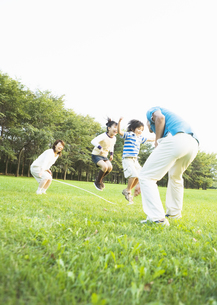 縄跳びをする親子の写真素材 [FYI03035033]