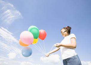 風船を持つ少女の写真素材 [FYI03035058]