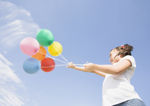 風船を持つ少女の写真素材 [FYI03035062]