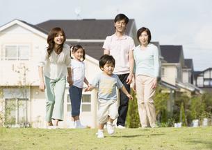 駆け出す男の子と家族の写真素材 [FYI03035064]