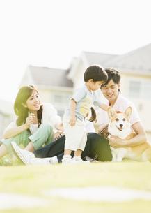 芝生に座る親子の写真素材 [FYI03035073]