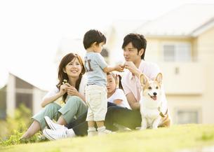 芝生に座る親子の写真素材 [FYI03035076]