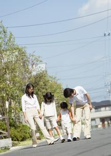 散歩をする親子の写真素材 [FYI03035108]
