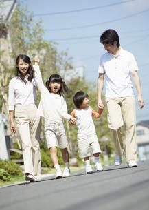 散歩をする親子の写真素材 [FYI03035110]