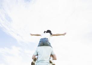 肩車をする父と娘の写真素材 [FYI03035154]