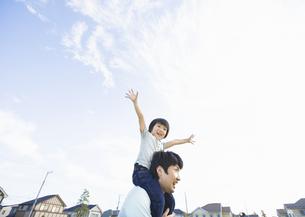 肩車をする父と息子の写真素材 [FYI03035157]