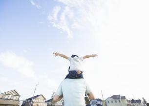 肩車をする父と息子の写真素材 [FYI03035159]