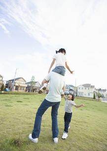 肩車をする父と子供の写真素材 [FYI03035160]